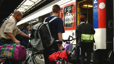 Velofahrer verladen im HB Zürich ihr Velo in einen speziellen Bahnwagen. (Walter Schwager)
