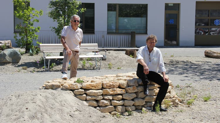Verwaltungsratpräsidentder Eigentümerfirma Schönegg Brugg AG Livio Plüss (links) und Landschaftsarchitekt Felix Naef im Naturgarten nördlich der Alterswohnungen. (Bild: Janine Walthert)