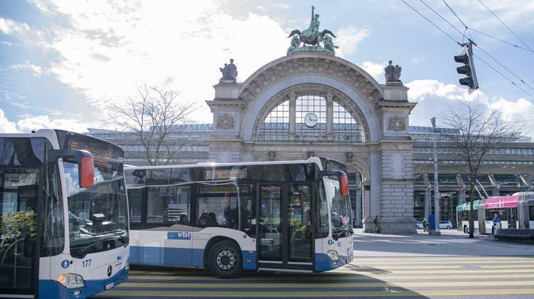 Busse der Verkehrsbetriebe Luzern am Bahnhof Luzern. (Bild: Urs Flüeler/Keystone (Luzern, 4. März 2020))
