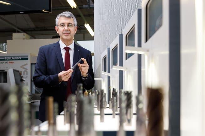 Unternehmer Josef Maushart mit Produkten seiner Firma Fraisa.