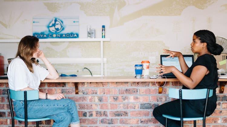 Melanie Wirz aus Villmergen (links) arbeitet in Kapstadt als Freiwillige für Viva con Agua Südafrika. Freude bereiten ihr die Arbeit und die vielen neuen Leute, die sie kennen lernt. (zvg/Andrin Fretz)
