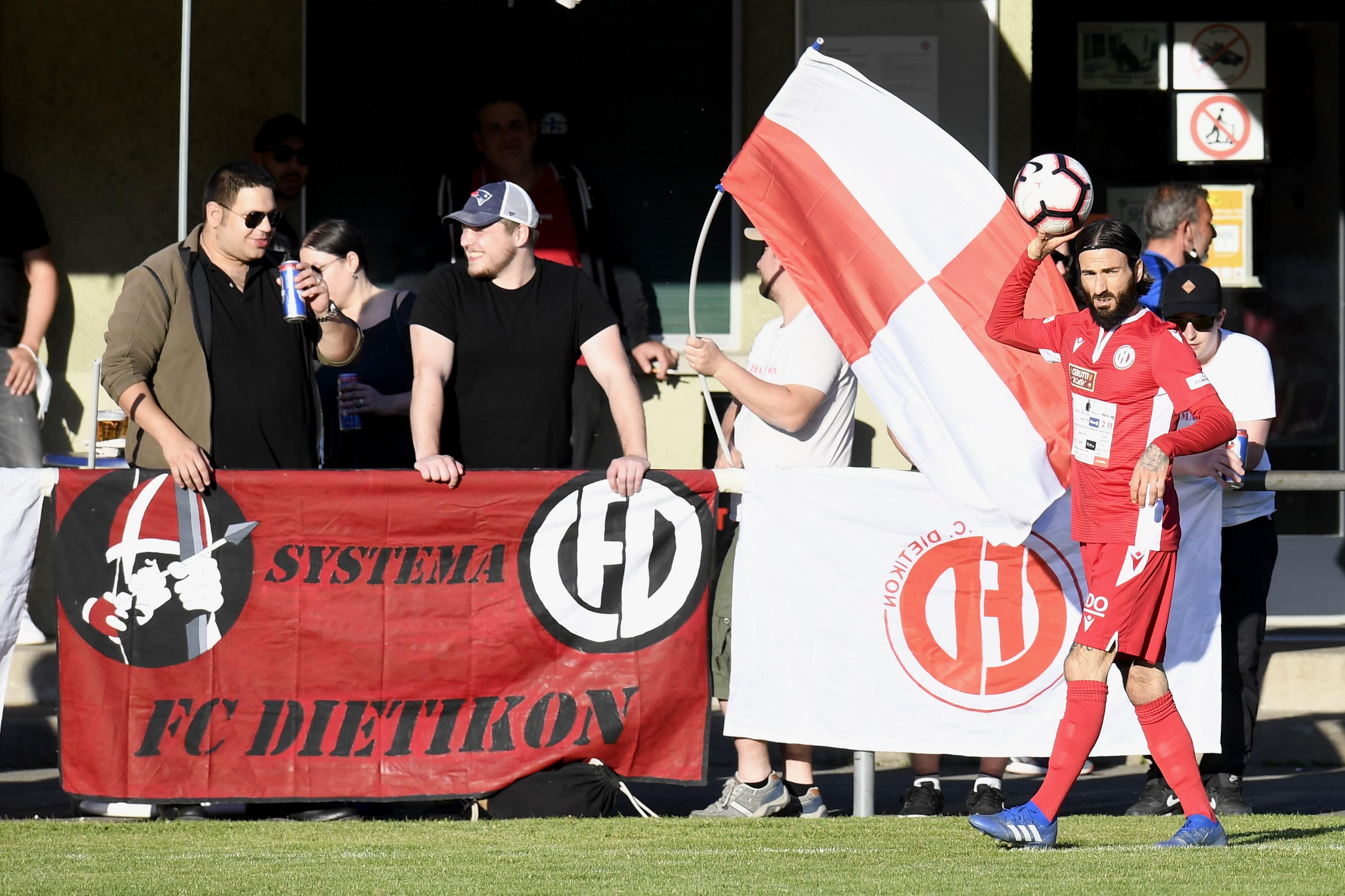 Dietikons 3:0-Torschütze Leandro Di Gregorio beim Einwurf vor den Fans.