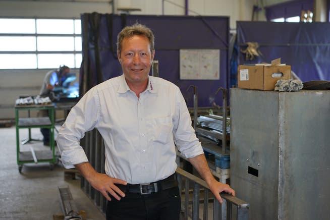 Metallbauer Paul Mayer in einer Werkhalle der Pamag in Marthalen (ZH).