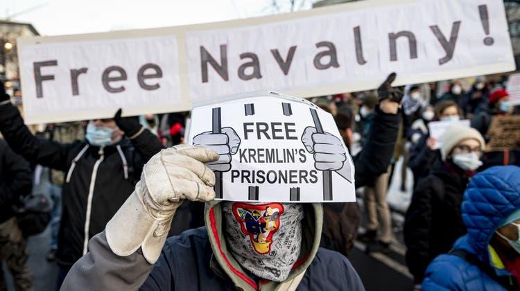 Die russische Regierung geht gegen Organisationen des Oppositionspolitikers Alexej Nawalny mit einem Verbot vor. Demonstrationen gegen den Kreml gibt es auch ausserhalb Russlands, hier in Berlin. (dpa)