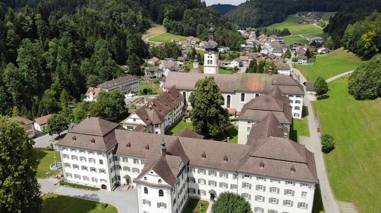 Drohnenbild des Klosters Fischingen‒ im Hintergrund die Gemeinde. (Bild: Reto Martin)