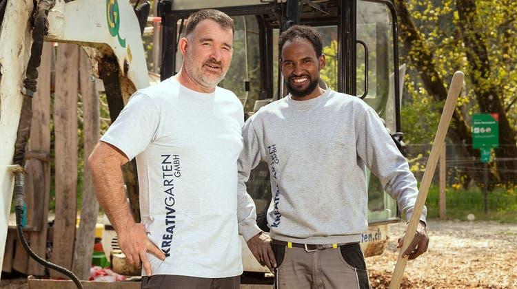 Geschäftsführer Rainer Kalt (links) von der Gärtnerei Kreativ Garten GmbH ermöglichteAzmera Kesete eine Lehrstelle. (Bild: zvg/Niklaus Spoerri)