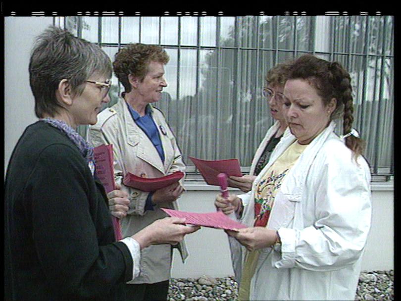 Vor der Manor-Verteilzentrale in Möhlin werben Gewerkschafterinnen für den Frauenstreiktag. Die weibliche Belegschaft reagierte jedoch zumeist abwehrend auf die Einladung zur Teilnahme.