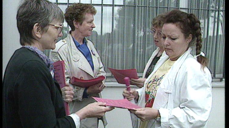 Vor der Manor-Verteilzentrale in Möhlin werben Gewerkschafterinnen für den Frauenstreiktag. Die weibliche Belegschaft reagierte jedoch zumeist abwehrend auf die Einladung zur Teilnahme. (Schweizer Fernsehen,Tagesschau Hauptausgabe, 14. Juni 1991)