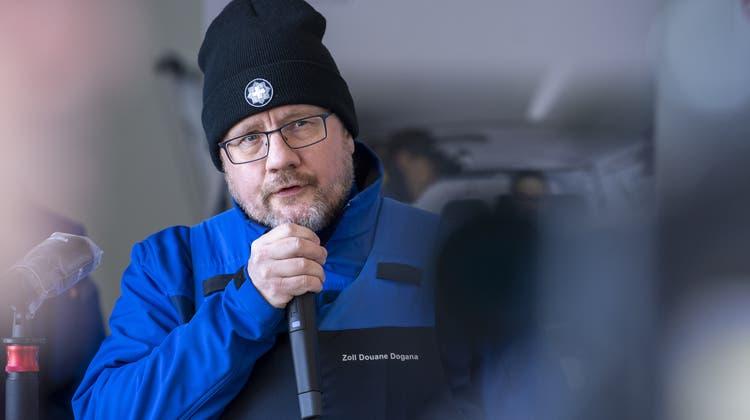 Christian Bockspricht zum Dispositiv an der Grenze zu Frankreich in den Kantonen Neuenburg und Jura. Er trägt eine schusssichere Weste und eine Waffe. (Keystone)