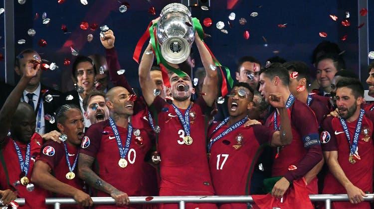Die letzte EM gewannen die Portugiesen. Wer triumphiert in diesem Jahr' (Foto: Filip Singer / EPA)