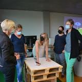 Die Frauen diskutieren nach dem Vortrag über ihre persönliche Nutzung der Social-Media-Plattformen. (Bild: Monika Wick)