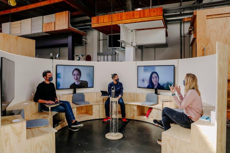 Der Knackpunkt des hybriden Arbeitens sind Sitzungen. Wer nicht physisch präsent ist, geht unter – ausser sein Bild nimmt gleich viel Raum ein wie die Personen vor Ort. Google hat dafür ein neues Konzept entwickelt.
