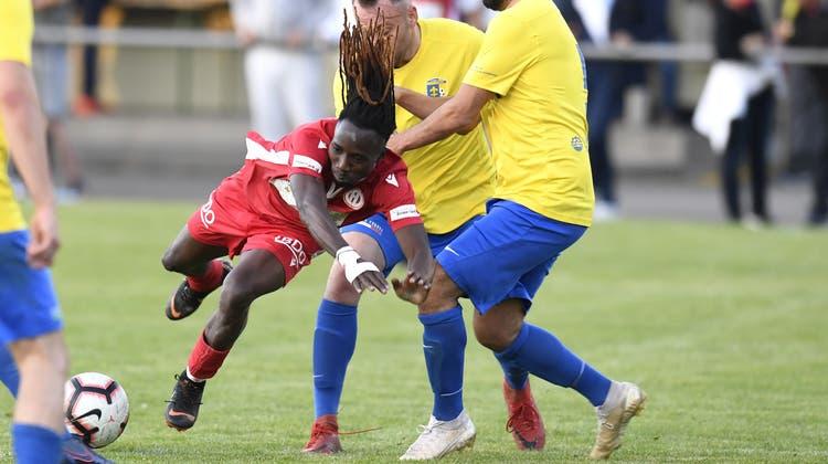 Mit vollem Einsatz zum Ligaerhalt: Dietikons Wirbelwind Florentino Da Silva (rotes Dress), hier beim 6:1-Sieg im Testspiel gegen Schlieren. (Alexander Wagner)