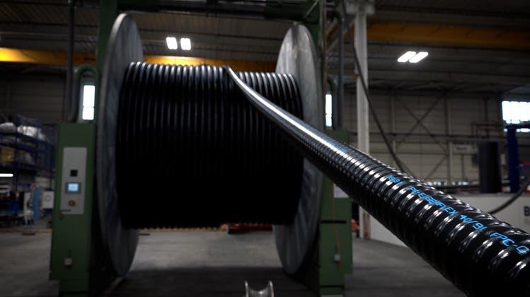Schaum, Spulen und Laser: So werden Fernwärmerohre in Kleindöttingen produziert