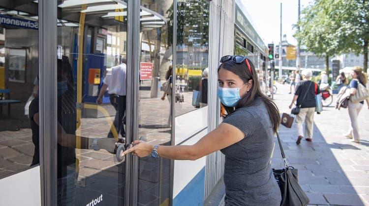 Im öffentlichen Verkehr sind wieder mehr Menschen unterwegs (Symbolbild). (Keystone)