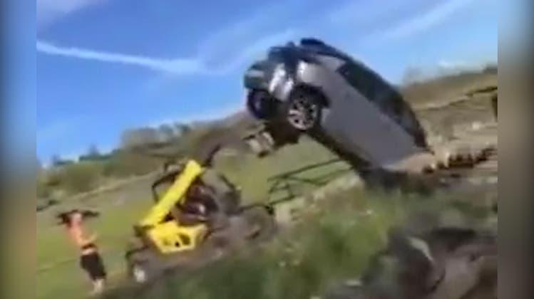 Falsch geparkt: Wütender Bauer gabelt Auto auf