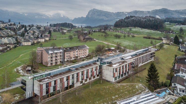 Blick aufs Kirchfeld 1 (vorne) und Kirchfeld 2 (dahinter). Das Gebäude mit der Kita ist links neben dem Kirchfeld 2 geplant. (Archivbild: Pius Amrein)