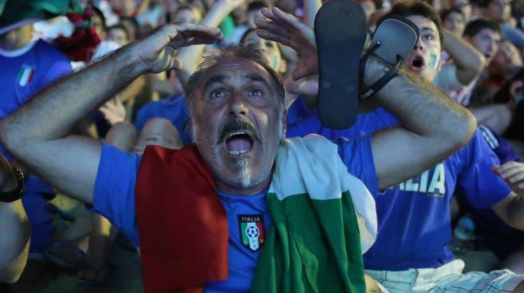 Momente der grossen Emotionen: Die Squadra Azzurra singt die Nationalhymne. (Foto: Marco Iacobucci / Ipa / imago)