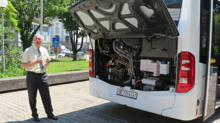 Adrian Geissmann (Postauto-Unternehmer aus Hägglingen) erklärt die Akkus im hinteren Teil des Busses. (Foto: Marc Ribolla)