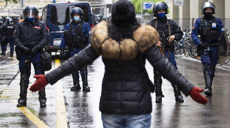 Sowohl Links- wie auch Rechtsextreme nutzen laut NDB im Zuge der Pandemie das Protestpotenzial aus. (Symbolbild) (Keystone)