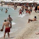 Ferienländer wie Spanien oder Griechenland könnten die Quarantäneregeln für Gäste ändern. Die Ferien wollen besonders gut vorbereitet sein. Im Bild: Strand in Athen. (EPA)