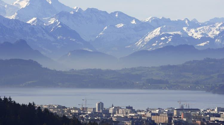 Eindrücklich ist nicht nur die Kulisse: Fast nirgends ist die Schweiz für Unternehmen steuerlich interessanter als in Zug. (Keystone)