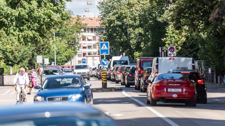 Im Hegenheimermattwegstauen sich zu Stosszeiten die Autos. Abhilfe schaffen soll eine neue Zubringerstrasse von der Autobahn A3 ins Gewerbegebiet Bachgraben. (Nicole Nars-Zimmer)