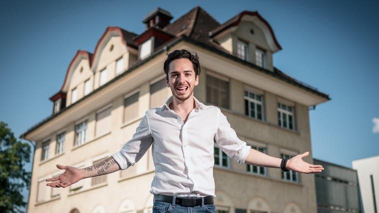 Luis Leibundgut (29) ist sich sicher:«Ich bin der Richtige für den Titel Mister Right.» Auf dem Foto zeigt er seine alte Dorfschule. (Bild: Anian Heierli (Alpnach, 11. Juni 2021))
