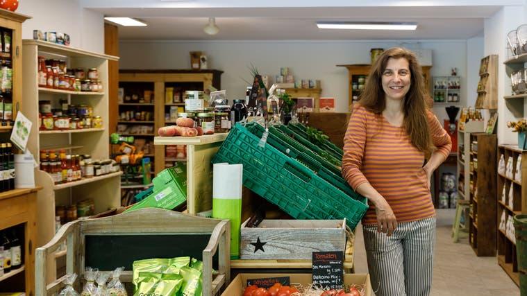 In der Chäsi Riedholz gibt es wieder einen Laden. Die neue Betreiberin Renate Arn (Hanspeter Bärtschi / SZ)