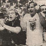 Ausgelassene Freude bei den mitgereisten FCA-Fans am 13. Juni 1981: In Vevey macht die Mannschaft mit einem 3:1-Sieg den Aufstieg in die Nationalliga A perfekt - der Beginn einer neuen Zeitrechnung im Brügglifeld. (zvg)