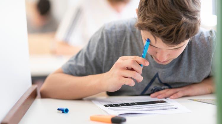 Wer gehört ans Gymnasium und wer nicht? Die SVP will verhindern, dass zu schwache Schüler den Übertritt schaffen. (Gaetan Bally)