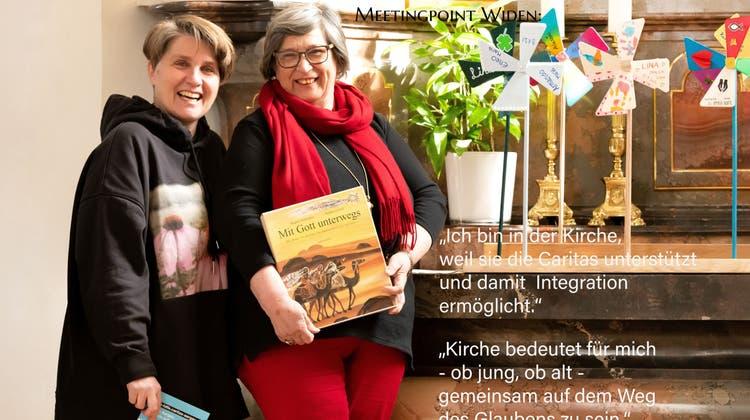 Lucia Gregori und Helene Langenegger sind Teil des Postkarten-Teams, das sich für die gute Sache ablichten liess. (zvg)