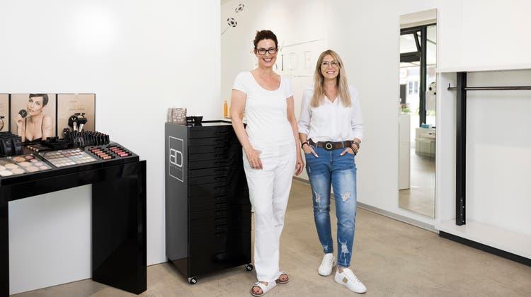 Cornelia Groth, Inhaberin des «Cosmeticum», links, und Andrea Winkler, Inhaberin der benachbarten «Inside Beauty Loft» in Urdorf, haben die Ausbildung zur onkologischen Kosmetikerin gemacht. (Severin Bigler)