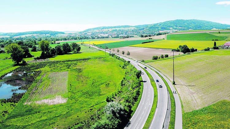 Wie die Strassen aus dem Naturschutzgebiet verlegt werden können, darüber wird seit Jahren gerungen. Denn eine Verlegung bedeutet insbesondere, dass sie näher ans Siedlungsgebiet rücken. (Archivbild: Daniel Zannantonio/Für Az Abgegolten/LTA)