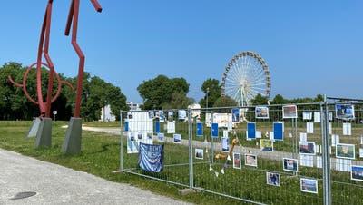 Die Ausstellung «An die Grenze kommen» zwischen den Tarot-Figuren der Kunstgrenze. (Bild: Urs Brüschweiler)