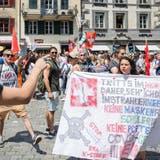 Zwei Demonstrationen, zwei verschiedene Meinungen, eine Stadt: 400 Personen haben am Samstag in Luzern demonstriert. (Bild: Philipp Schmidli (Luzern, 12. Juni 2021))