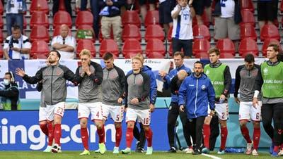 Die dänischen Spieler sind fassungslos. Im Hintergrund muss Christian Eriksen reanimiert werden. (Bild: Keystone)