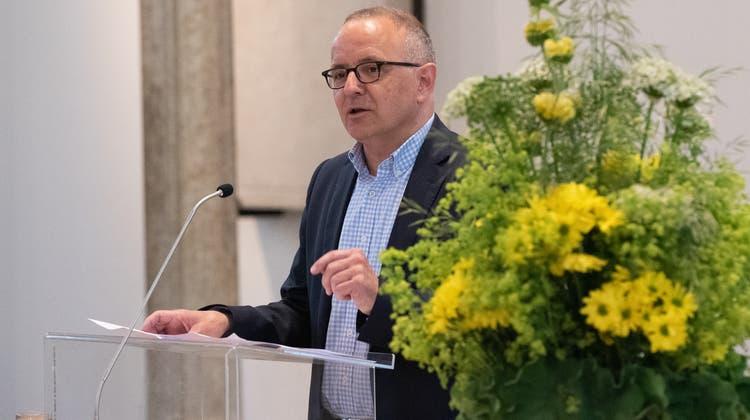 Hanspeter Hilfiker, Stadtpräsident von Aarau, eröffnete die Zeremonie mit Grussworten an den Verein Hugenotten- und Waldenserweg. (Lukas Scherrer)