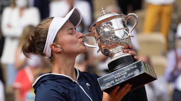 Die Tschechin Barbora Krejcikova küsst die Trophäe als Siegerin des French Open 2021. (Michel Euler / AP)