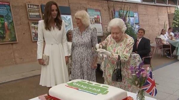 Schwert statt Kuchenmesser: Queen Elizabeth amüsiert mit unkonventioneller Besteckwahl