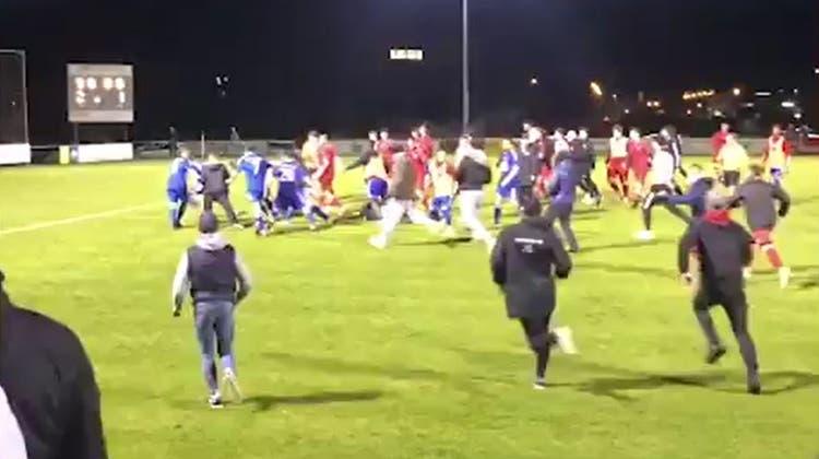 Fans und Junioren des FC Embrach und des FC Glattbrugg gehen nach dem Cup-Viertelfinal vom 19. Mai aufeinander los. (Screenshot Leservideo «Blick.ch»)