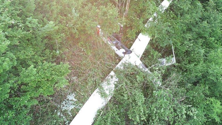 Der Pilot und die Passagierin konnten das Flugzeug alleine verlassen. (Polizei Basel-Landschaft)