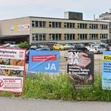 Plakate für und wider das CO2-Gesetz sowie die Agrarinitiativen. (Bruno Kissling)
