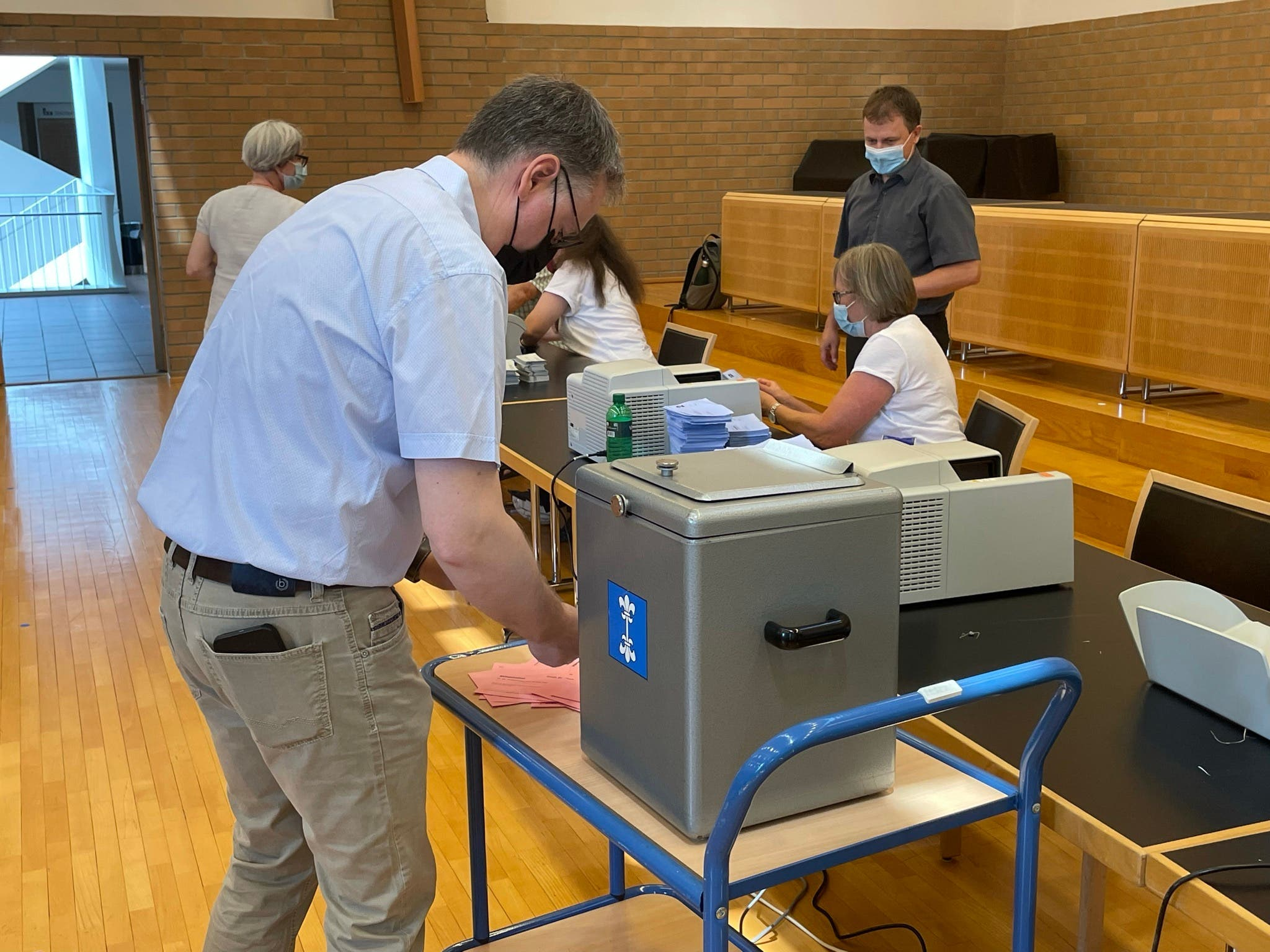 Auch Stadtpräsident Roger Bachmann (SVP) half beim Auszählen mit.