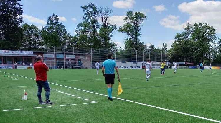 FC-Wohlen-Trainer Thomas Jent (links) verfolgt das Match seiner Truppe in Langenthal. (Benjamin Netz)