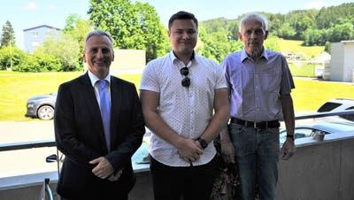 Gemeindepräsident Christoph Zarth, Wahlsieger Dario Holenstein und Kontrahent Paul Widmer. (Bild: Miguel Lo Bartolo)