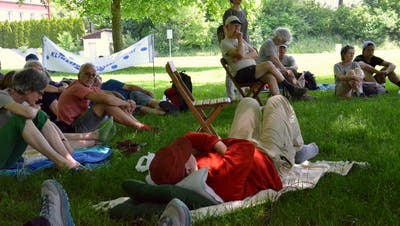 Die Klimaaktivisten vom Projekt «Klimaspuren» wandern durch die ganze Schweiz. Am Samstag schalteten sie im Schatten der Bäume am Wiler Stadtweier einen Marschhalt ein. (Bild: Christoph Heer)