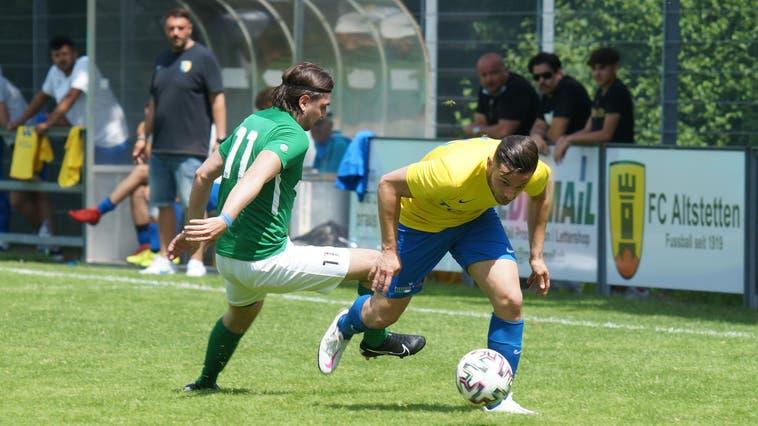 Schlierens 5:2-Torschütze Patrick Vitiello (gelbes Dress) sprintet seinem Bewacher Nikola Arsic davon. (Ruedi Burkart)