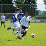 Kristian Nushi (in Weiss) kämpft um den Ball mit einem Gegenspieler. (Bild: Tim Frei)