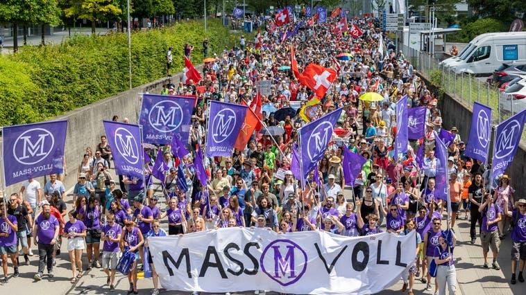 Die Gegner der Coronamassnahmen erschienen am Sonntagnachmittag zahlreich. (Bild: Patrick Hürlimann)